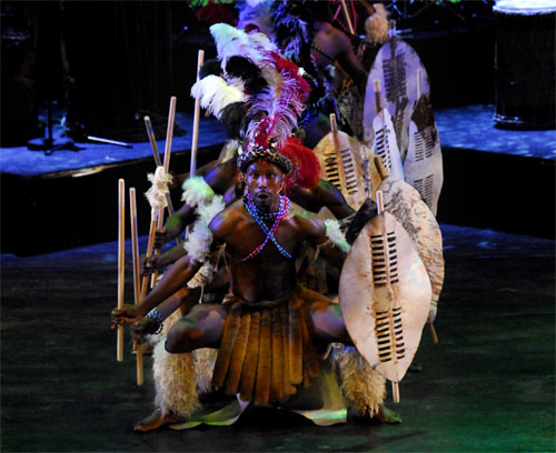 Afrikaanse dansers met speren en schilden