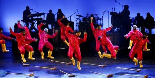 gumboot dansers rode overals en gele laarzen