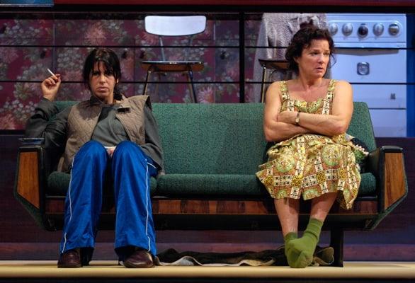 Linda Van Dijk en Isa Hoes op de bank