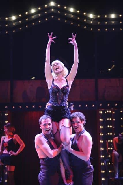 Ellen Evers in cabaret op schouders