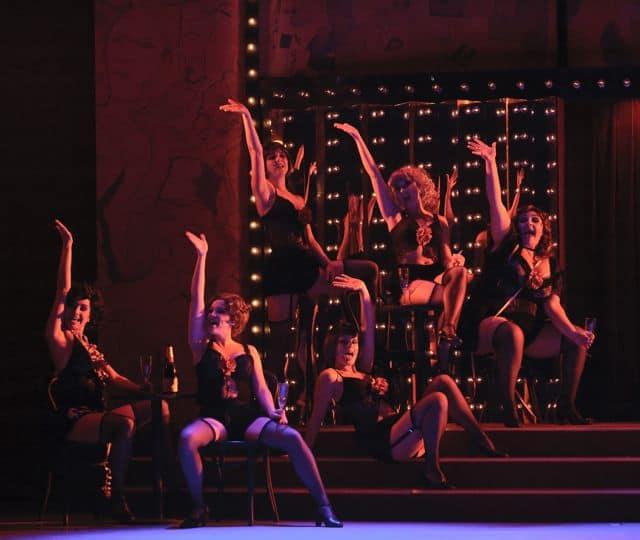 Cabaret danseressen in rood licht