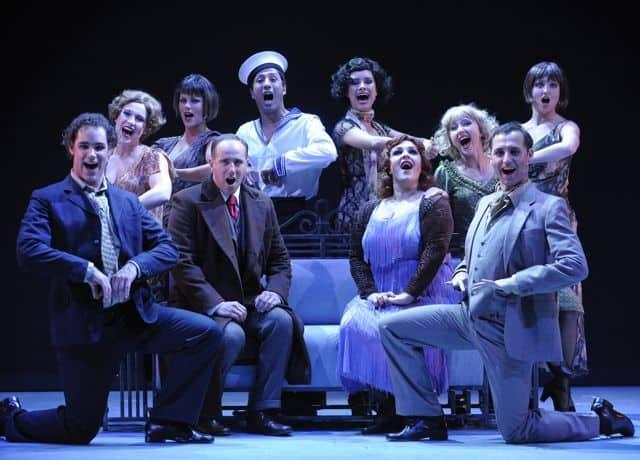Cabaret cast zingt geknield