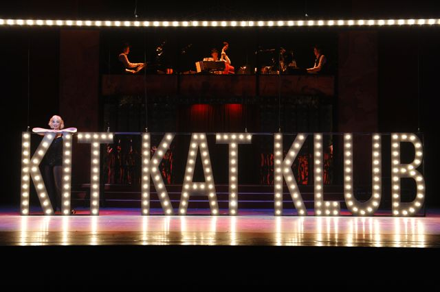 Cabaret, Ellen Evers achter letters Kit Kat Klub