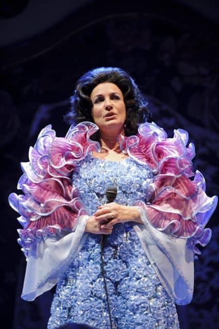 zangeres zonder naam blauw roze jurk