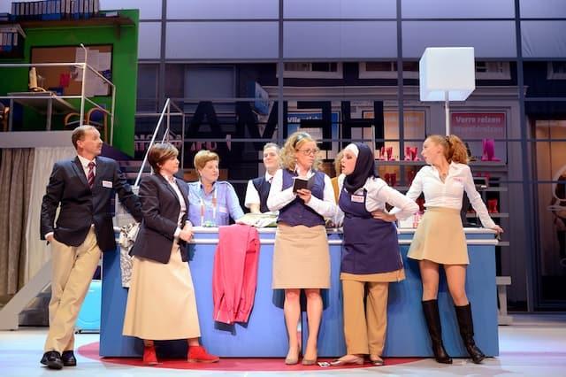 Hema, de musical de hele cast voor de balie