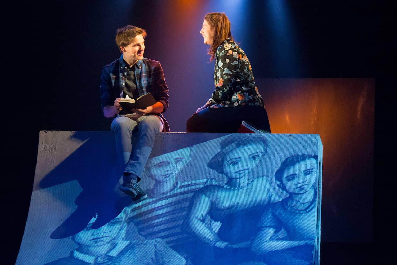 Jochem Smit, Rose-Anne van Elswijk op decor met projectie
