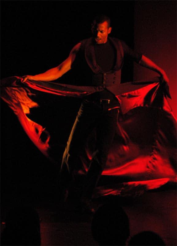 Iberia Perry Dossett danst in rood licht