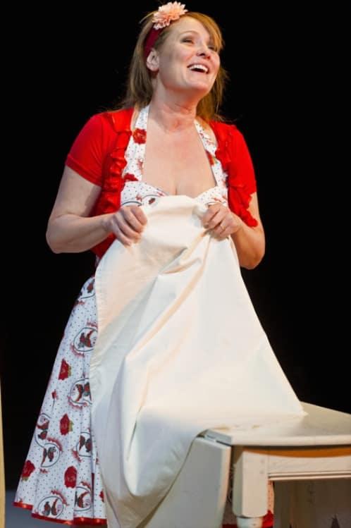 shirley valentine ellen pieters lachend met tafelkleed