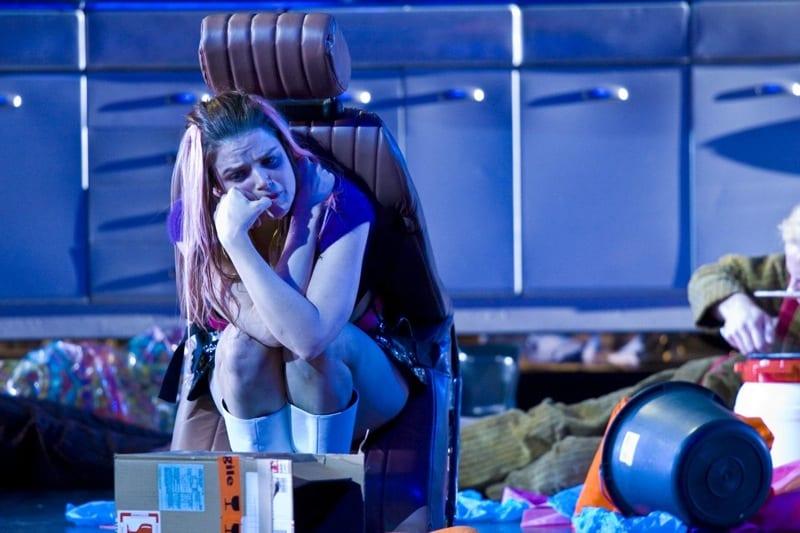 Snow White Opera Frances Bourne zit vastgelijmd aan autostoel