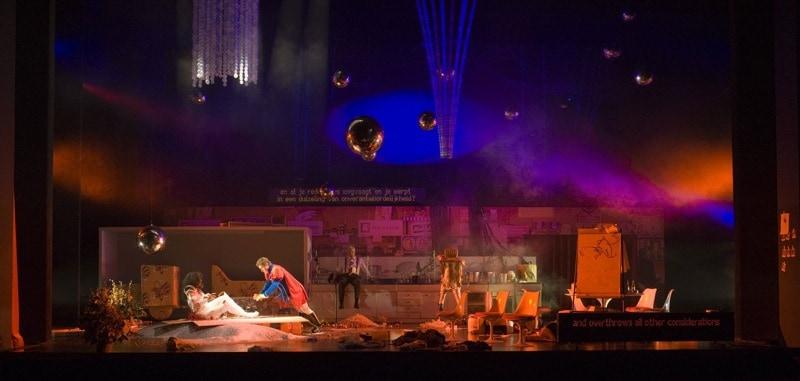 Snow White Opera overzicht decor met bollen