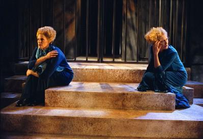 twee vrouwen van Tryater op trappen bij Medea