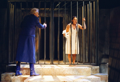 Marijke Geertsma als Medea in kooi