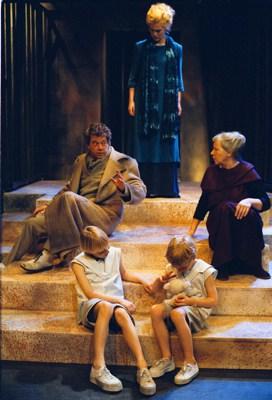 Joop Wittermans, twee vrouwen en kinderen op trap