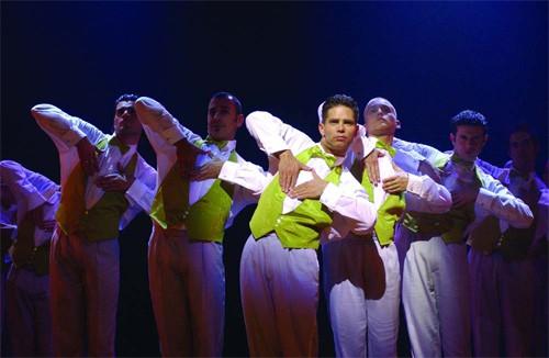 Copacabana Danny de Munk en dansers met gele vestjes