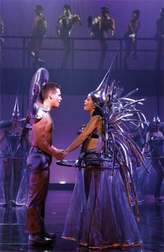 Danny de Munk en Cystine Carreon in zilveren kostuums
