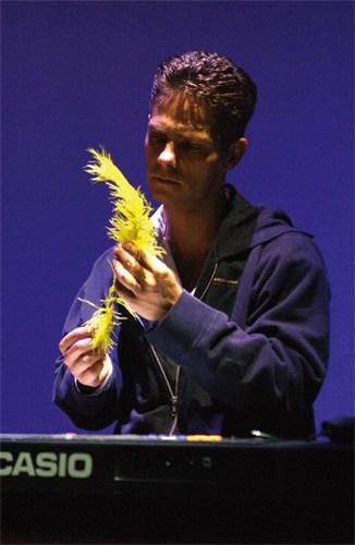 Danny de Munk met gele veer