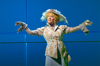 Hello Dolly Willeke Albertimet hoed en blauwe achtergrond