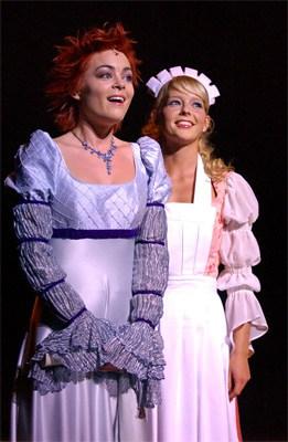 Chantal Janzen en Kim-Lian Van Der Meij in oude jurken