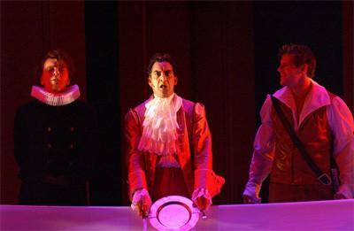Michel Sorbach in rood paars licht met bordje in handen