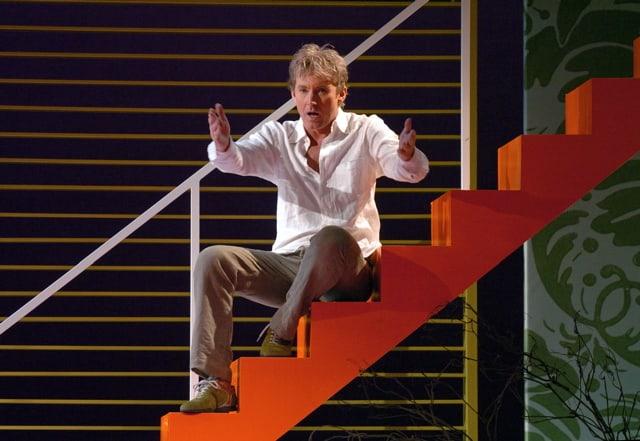 Hans Cornelissen op oranje trap