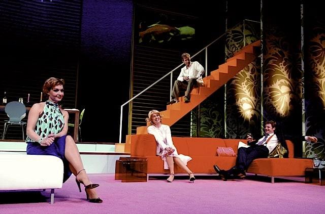 Hans Cornelissen, Kiki Classen, Mariska van Kolk, Bart Oomen in decor Happy Hour