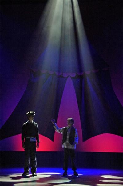 twee jongens in lichtstralen