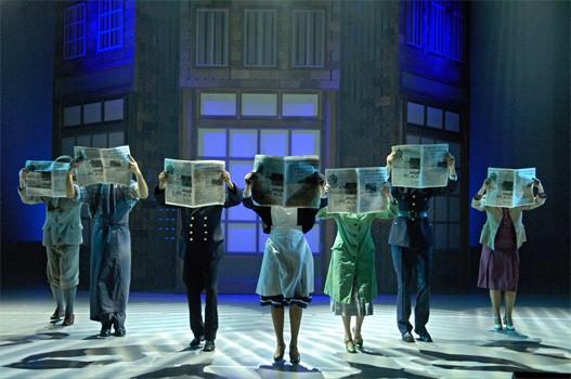dans in tegenlicht met kranten