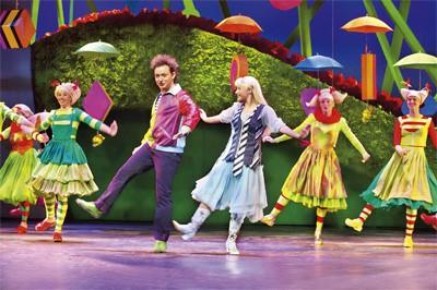 Manon Novak Rop Verheijen dansen in decor met parapluutjes