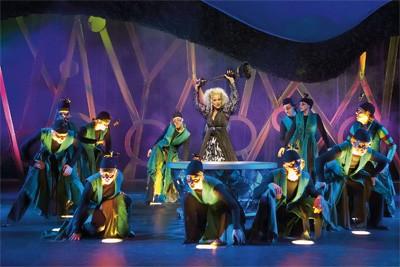 dansers staan in licht uit de grond