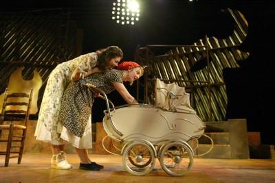 twee vrouwen bij kinderwagen