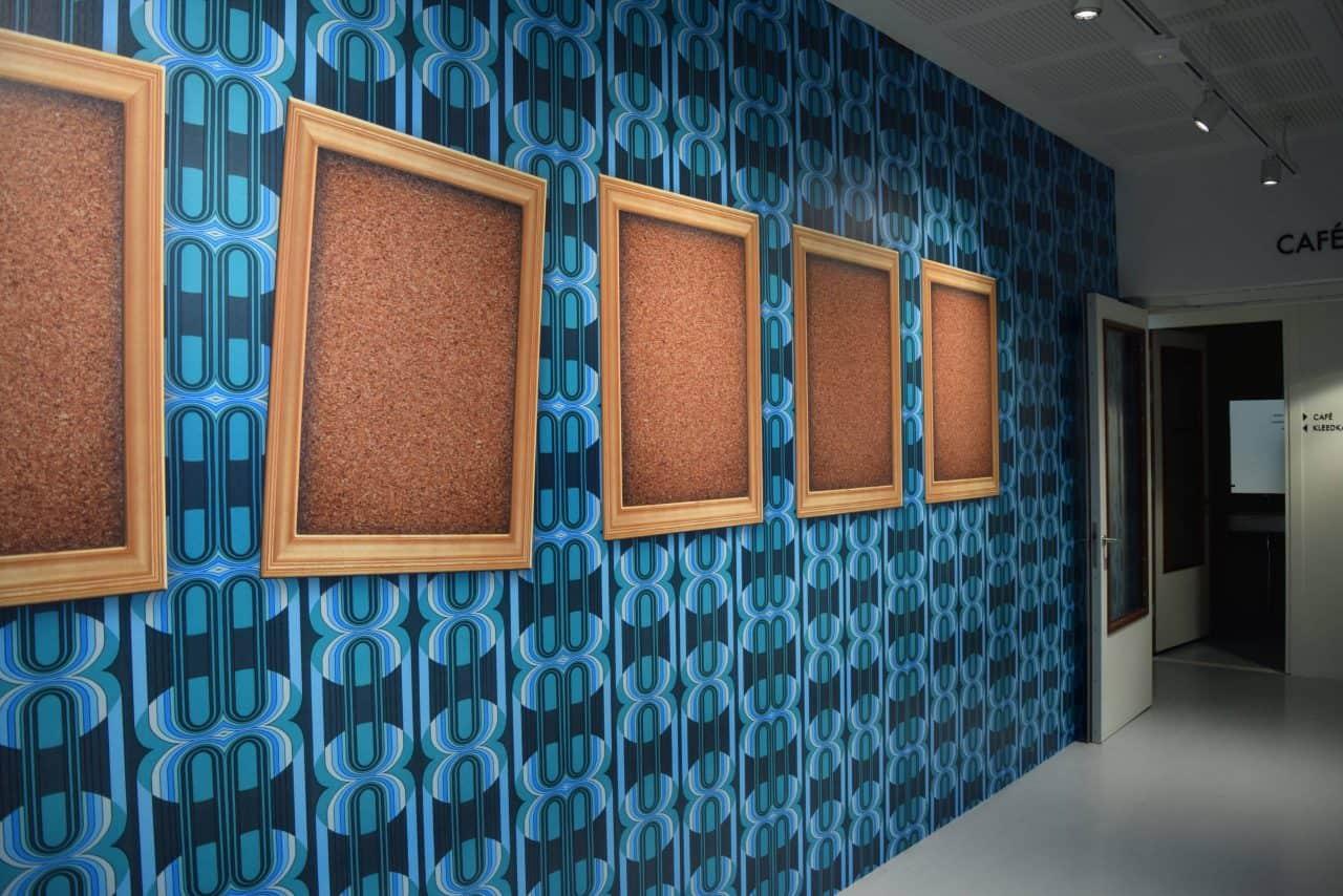 DeLaMar West gang met blauw behang
