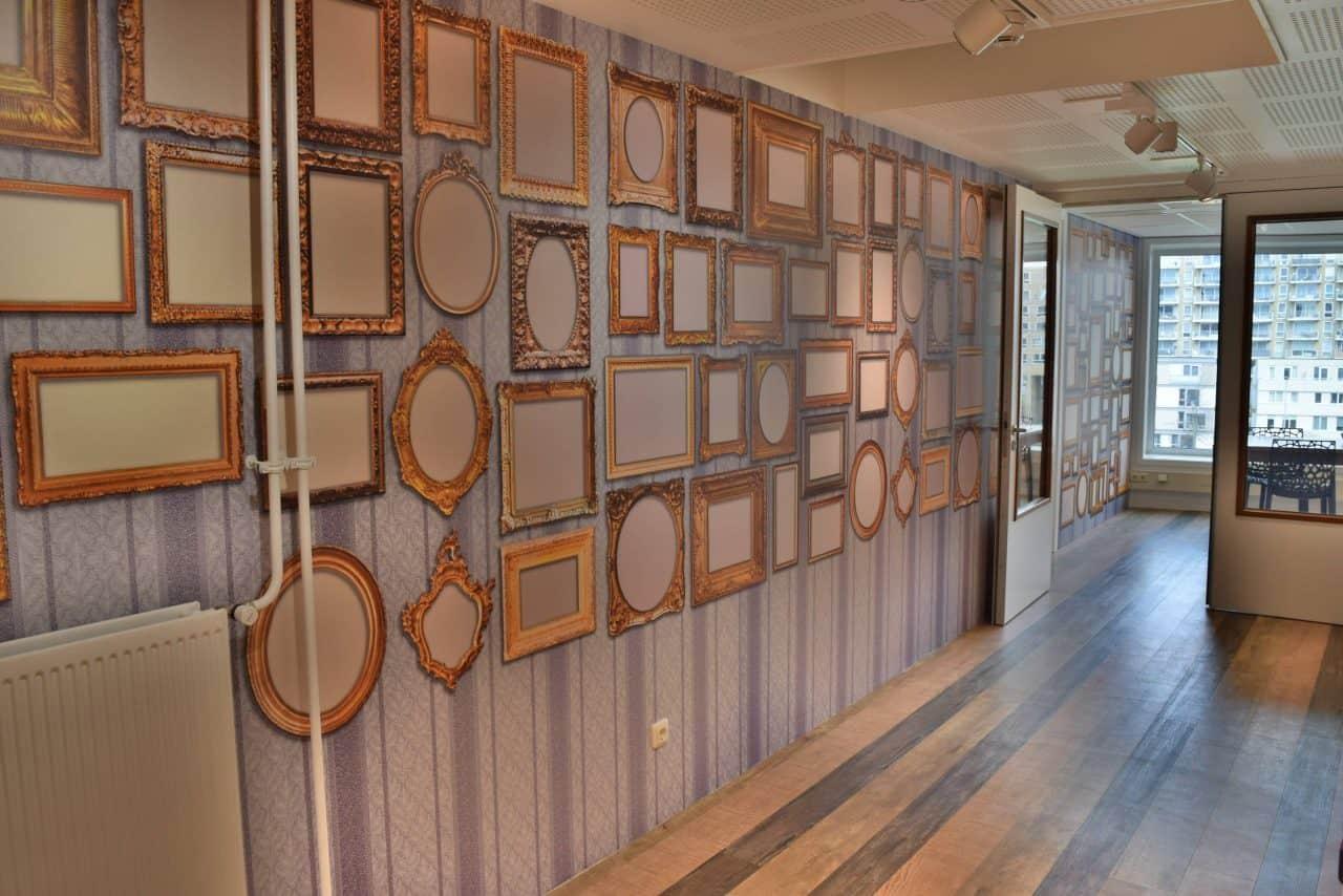 DeLaMar West 4e verdieping met gouden lijstjes behang